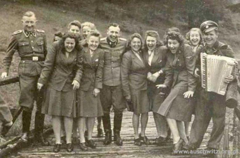 Dziewczyny ze służb pomocniczych obozu i esesmani. Międzybrodzie Bialskie, ośrodek wypoczynkowy SS, 1944 r.
