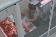 Kobieta w markecie w ukraińskich Czerniowcach wyciera mięso brudną szmatą.