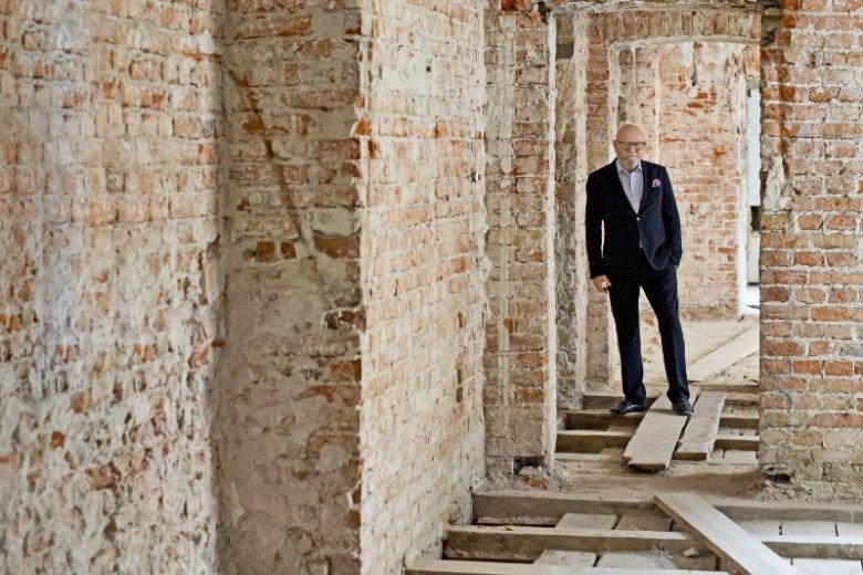 Michał Borowski w remontowanej kamienicy przy ulicy Hoża 42