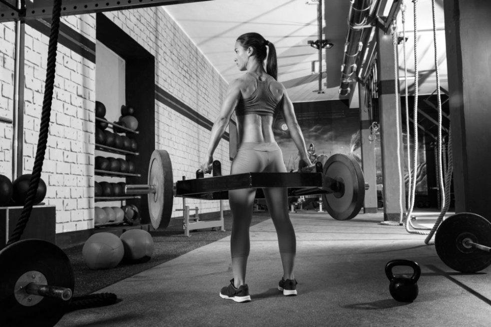 """""""Nie chcę być babochłopem"""". Ale to ćwiczenia z obciążeniem najszybciej spalą tłuszcz i pięknie wyrzeźbią ciało."""