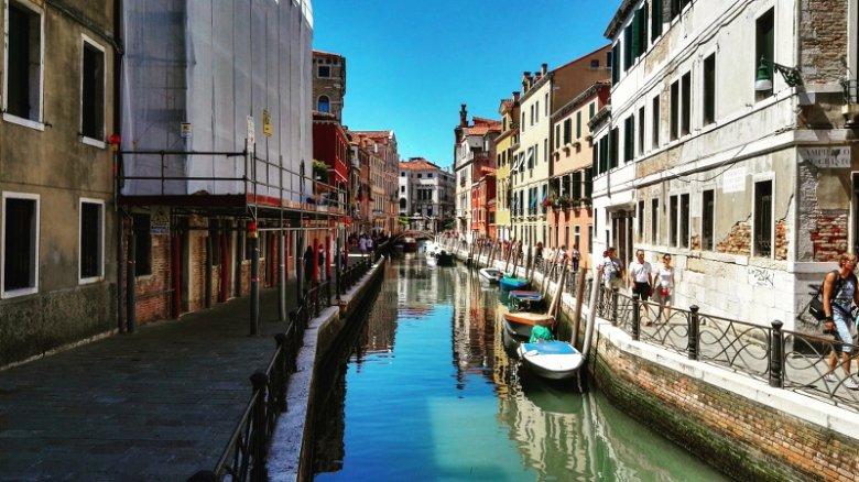 Względnie puste ulice to wyjątkowy widok w Wenecji.