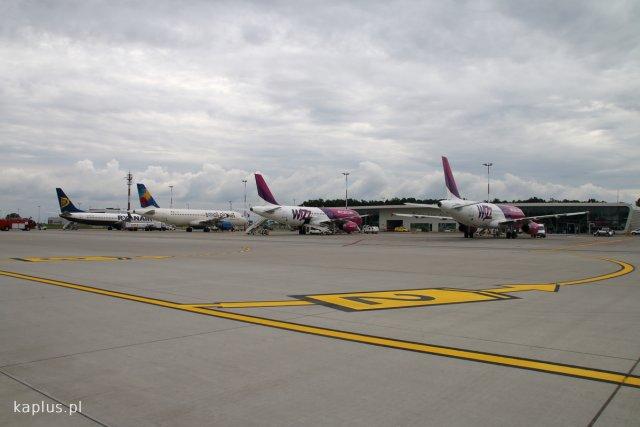 Pełna płyta postojowa na lotnisku w Świdniku. W miarę rozwoju portu będzie to pewnie coraz częstszy widok.