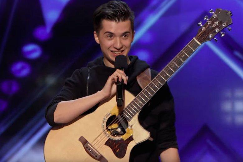 """Marcin Patrzałek zachwycił jurorów w amerykańskim """"Mam talent"""". Chłopak oczarował wszystkim swoim gitarowym występem."""