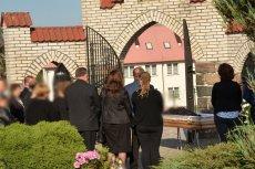 """Wojciech Drewka na łamach """"Expressu Kaszubskiego"""" opisał historię z Gowidlina, gdzie ksiądz nie wpuścił rodziny zmarłego do kaplicy. Ci modlili się więc wokół otwartej trumny przed bramą wejściową na cmentarz."""