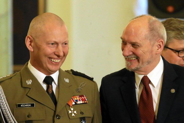 Gen. Mirosław Różański i minister obrony narodowej Antoni Macierewicz w Pałacu Prezydenckim w lutym 2017 r. podczas wręczenia nominacji na stanowisko Dowódcy Generalnego Rodzajów Sił Zbrojnych gen. Jarosławowi Mice.