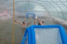 Aquafoling! Młodzi z Warszewa zrobili sobie basen w szklarniowym tunelu. Do tego stworzyli drużynę waterpolo. Wystarczyło tylko trochę foli. No i woda...