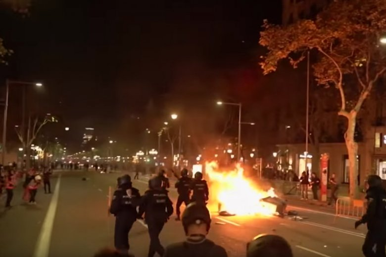 Kolejna noc zamieszek w Barcelonie. To efekt ogłoszenia wyroków sądowych dla 9 katalońskich separatystów.