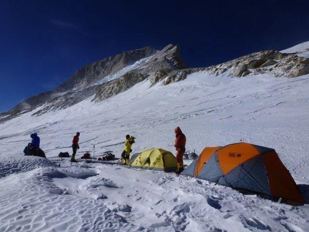Obóz III 7450 w tle szczyt Makalu