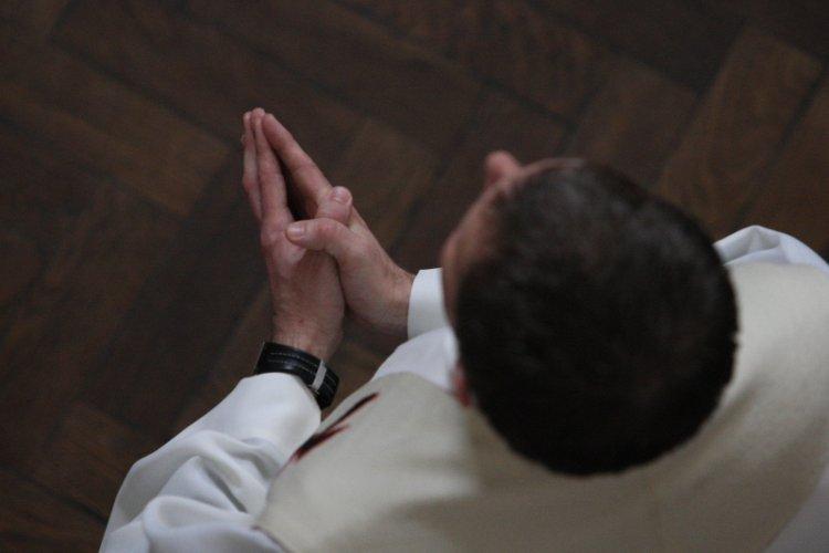 spotyka się z rzymskokatolickim mężczyzną
