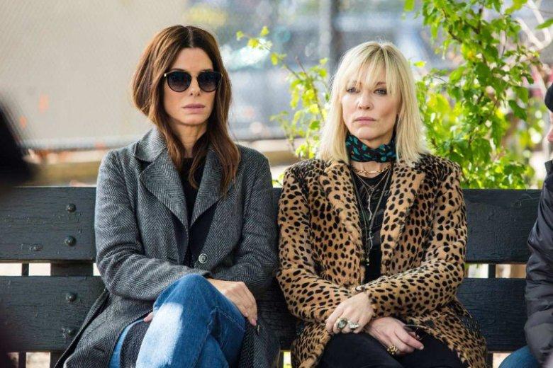 """Sandra Bullock i Cate Blanchett grają w """"Ocean's 8"""" przyjaciółki. To właśnie od nich zaczyna się wielki plan kradzieży naszyjnika wartego 150 mln dolarów."""