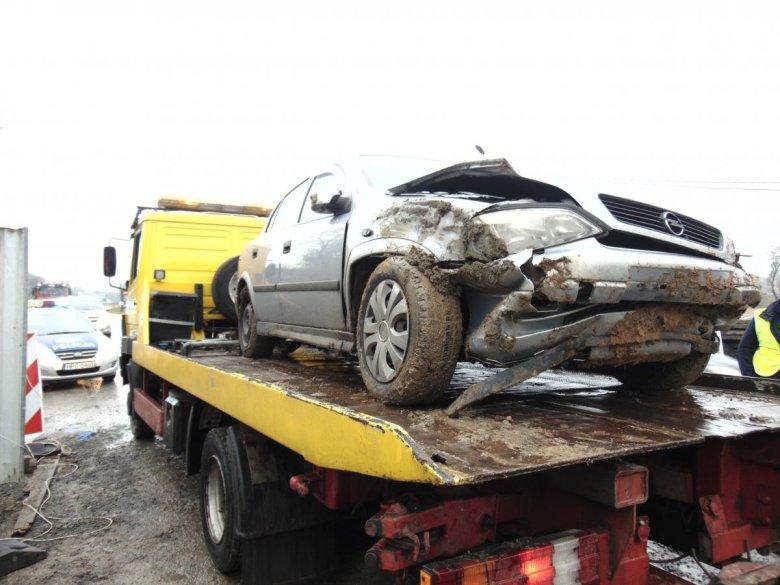 Tak wygląda samochód 20-latki, który zjechał ze skarpy.