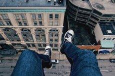 Nie wszyscy będąc wysoko jedynie podziwiają widok. Są osoby, które wyobrażają sobie skok w dół