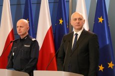 Jarosław Szymczyk wstrzymał dodatki dla policjantów, bo Joachim Brudziński nie dał mu więcej pieniędzy. A policjanci strajkują dalej.