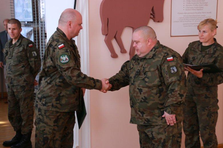 Nowy dowódca 14. Dywizjonu Artylerii Przeciwpancernej w Suwałkach ppłk Krzysztof Świderski ewidentnie nie przejmuje się walką o wpisanie się w stereotypowy wizerunek  żołnierza jako człowieka zdrowego i  wysportowanego.