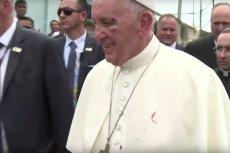 PapieżFranciszek pomimo obrażeń nie stracił uśmiechu.
