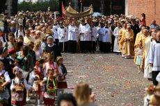 Święto Bożego Ciała i towarzyszące mu tradycyjne procesje podzieliły Polaków.