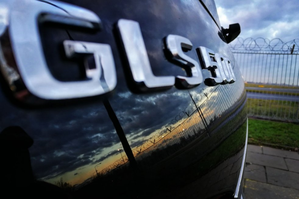Mercedes GLS500 to wielki i luksusowy samochód, który zaskakuje lekkością prowadzenia. W środku ma jednak jedną rzecz, która do niego nie pasuje.
