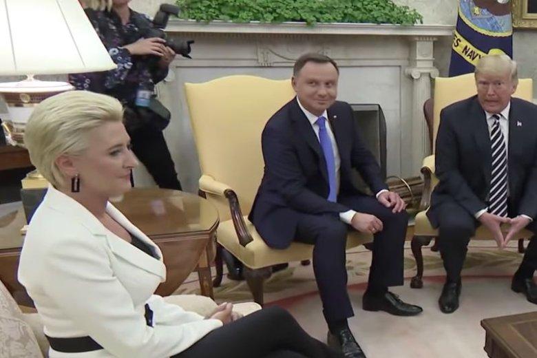 Prezydent często uciekał wzrokiem od Donalda Trumpa.