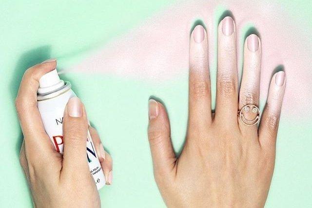 Najprzyjemniejszy moment szybkiego manicure'u - psikanie.