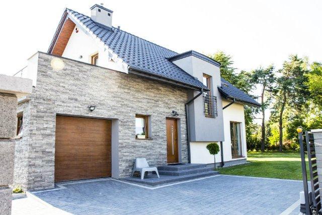 Właściciele tego domu postawili na kontrastujące materiały