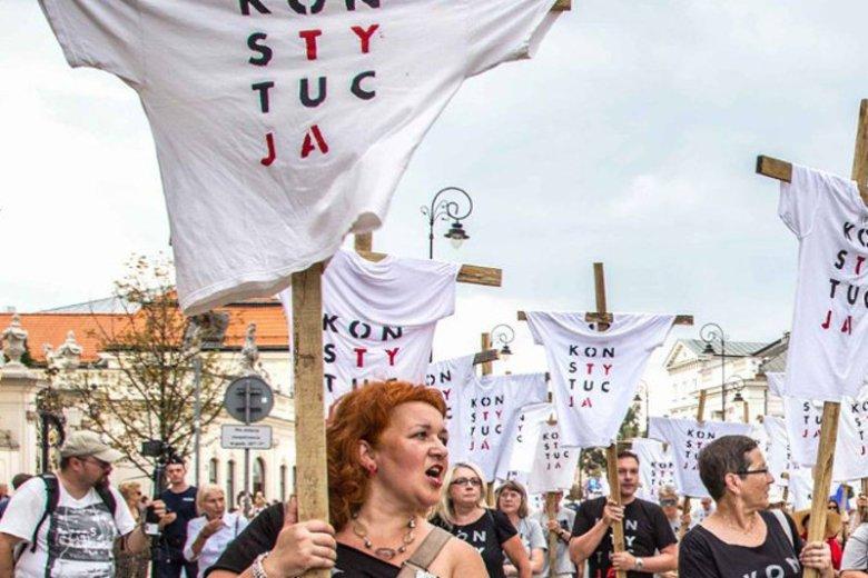 """Katarzyna Klim bierze udział w wielu manifestacjach i przypomina prezydentowi Andrzejowi Dudzie o """"konstytucji""""."""
