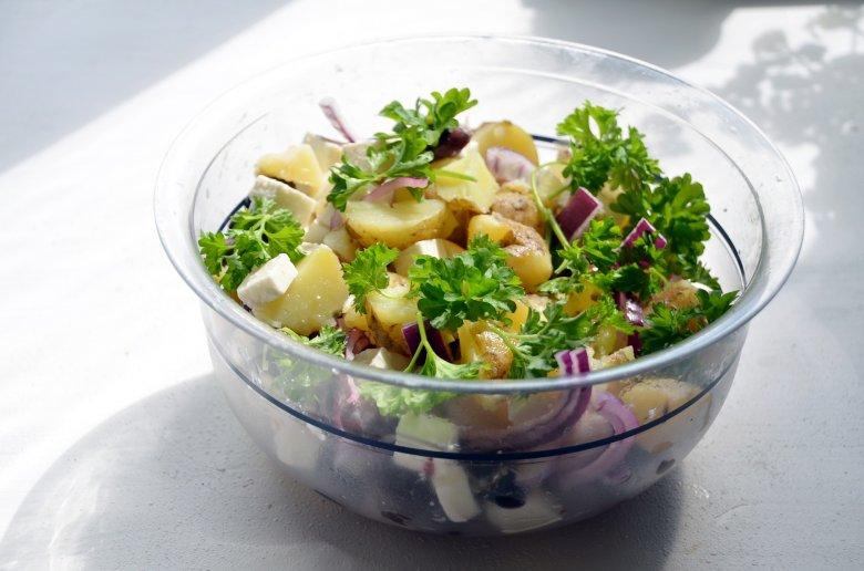 Sałatka ziemniaczana z kaparami, topinamburem i groszkiem to prosty przepis na obiad dla dobrych bakterii.