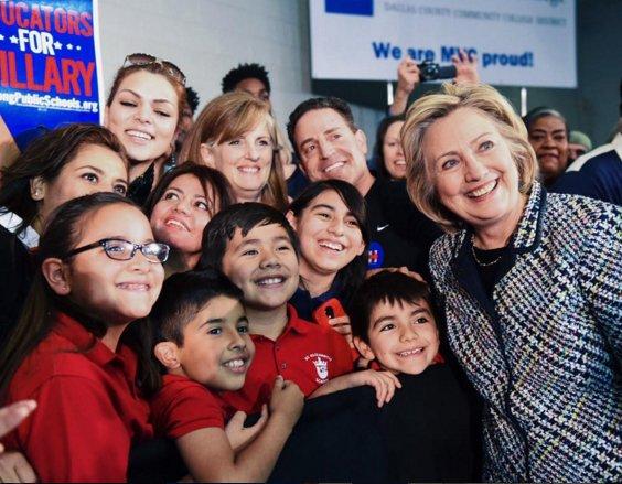 Dla Hillary zawsze szczególnie ważne były dzieci. Jej fundacja Too Small to Fail zajmuje się wspieraniem małych inicjatyw dotyczących wczesnej edukacji i rozwoju.