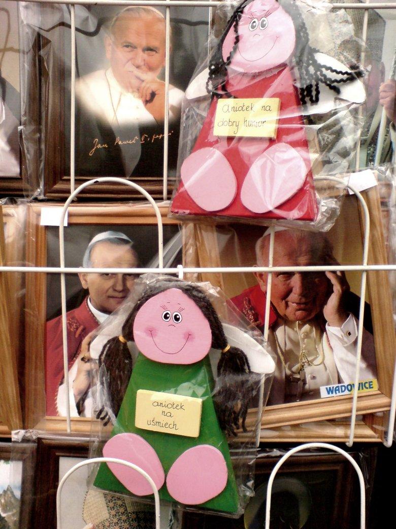 Karol Wojtyła w Wadowicach obecny jest tylko w formie tandetnych pamiątek.