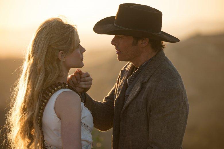 """James Marsden w serialu """"Westworld"""" wciela się w postać kowboja Teddy'ego Flooda. Towarzyszy mu Dolores Abernathy grana przez Evan Rachel Wood"""