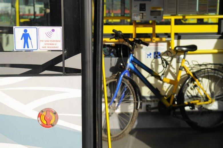 Przewożenie rowerów autobusami wciąż wywołuje kontrowersje. Kierowca może wyprosić pasażera z jednośladem.