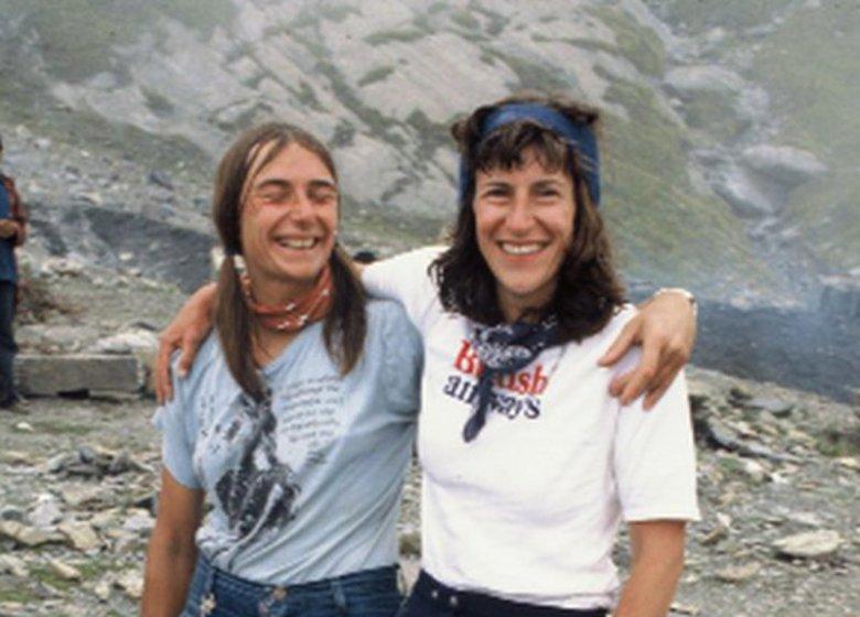 Alison Chadwick-Onyszkiewicz (po prawej stronie) wraz z  Liz Klobusicky-Mailaender w jednym z obozów podczas wyprawy na Annapurnę.