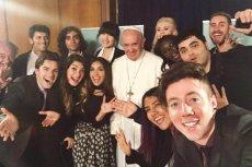 Papież Franciszek podczas spotkania z youtuberami.