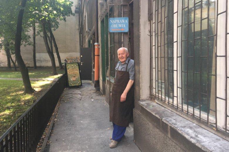 Pan Adam od 40 lat jest szewcem, w ostatnich latach ma kłopoty finansowe. Pracuje w Warszawie przy ulicy Śniadeckich 1/15.
