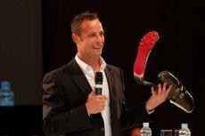 Oscar Pistorius biegacz bez nóg dumnie prezentuje swoją protezę.