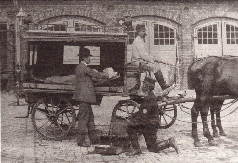 Pierwszy krakowski ambulans Ochotniczego Towarzystwa Ratunkowego