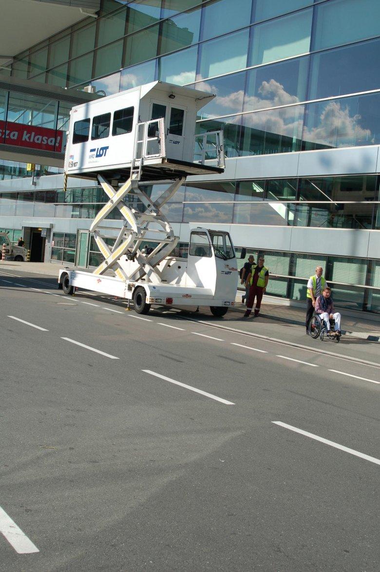 Port Lotniczy im. Mikołaja Kopernika we Wrocławiu posiada m.in. ambulitf, dzięki któremu można dostać się do samolotu