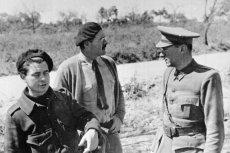 """W głosowaniu na najlepszą książkę zwyciężyła powieść """"Komu bije dzwon"""" napisana przez Ernesta Hemingway'a (na zdjęciu: w środku). Akcja utworu rozgrywa się w czasach hiszpańskiej wojny domowej i opowiada losy oddziału walczącego po stronie Republikanów"""