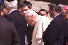 Papież Jan Paweł II pod Ścianą Płaczu.