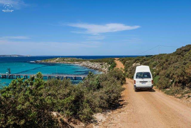 """Julia: """"Dziś podróżujemy z Samem po Australii głównie samochodem, korzystając często z tzw. relokacji, gdzie za auto płacimy $1 dziennie i musimy je przewieźć z miejsca B do A w określonym czasie. Na zdjęciu: wyspa Kangaroo Island przy Adelajdzie"""""""