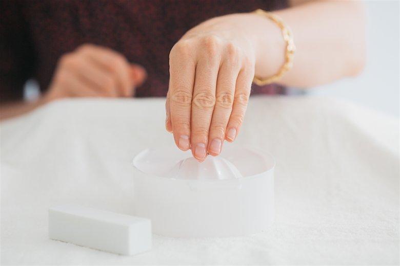 Jeśli nie macie pod ręką specjalistycznego produktu od usuwania skórek, wystarczy przez 30 sekund moczyć je w wodzie.