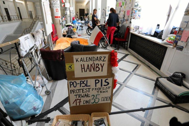 """Dla Zbigniewa Kuźmiuka protest rodziców osób niepełnosprawnych w Sejmie jest """"motywowany politycznie""""."""