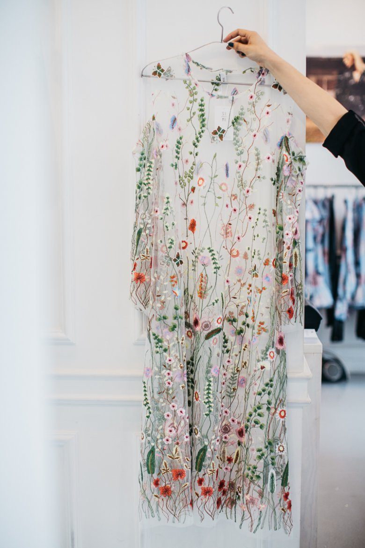 Piękna, półprzezroczysta sukienka-mgiełka haftowana w kwiaty.