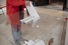 Z najnowszego sondażu CBOS wynika, że ma nadal sporą przewagę nad partiami opozycyjnymi.