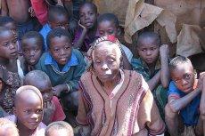 Miliony dzieci w Afryce zostało osieroconych, gdyż ich matki zmarły na AIDS. Wiele sierot zmaga się z HIV o urodzenia.