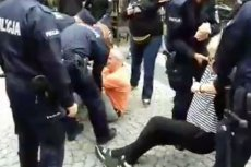 Zatrzymani nagrali akcję policji, która usunęła ich z drogi przechodzącego marszu Młodzieży Wszechpolskiej w Radomiu.