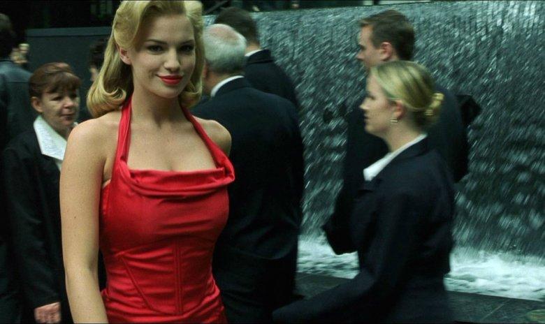 """Dziewczyna w czerwonej sukience z filmu """"Matrix"""""""