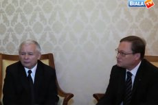 Jeszcze niedawno założyciel SKOK-ów, senator Grzegorz Bierecki udzielał wspólnych wywiadów z samym prezesem PiS Jarosławem Kaczyńskim. Dziś partia się jednak od niego odcina.