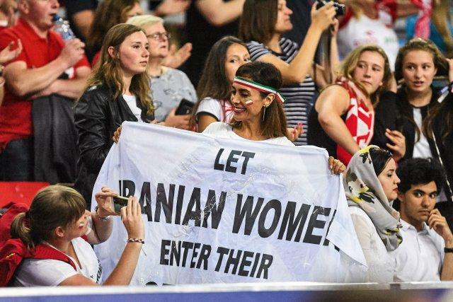 """Na transparencie jest napis """"Let Iranian women enter their stadiums"""", czyli """"pozwólcie Irankom wejść na stadiony"""". Darya Safai od trzech lat walczy o to, by jej rodaczki mogły oglądać mecze męskich reprezentacji."""