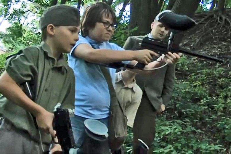 Dzieci z Torunia z bronią w ręku bawiły się w Powstanie Warszawskie. Czy to dobry sposób na naukę o wojennej masakrze stolicy?