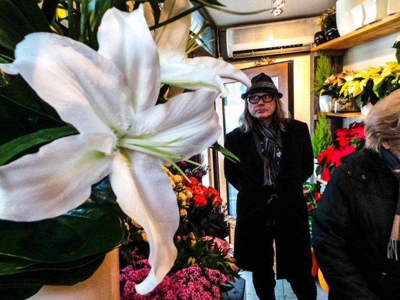 Kamil Sipowicz w kwiaciarni kupuje kwiaty dla Kory